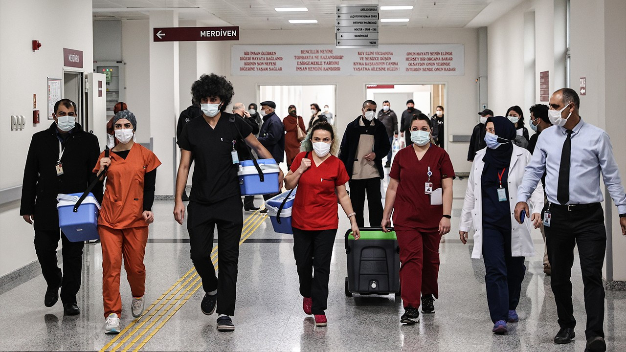 Turkey starts administering COVID-19 vaccine to healthcare workers