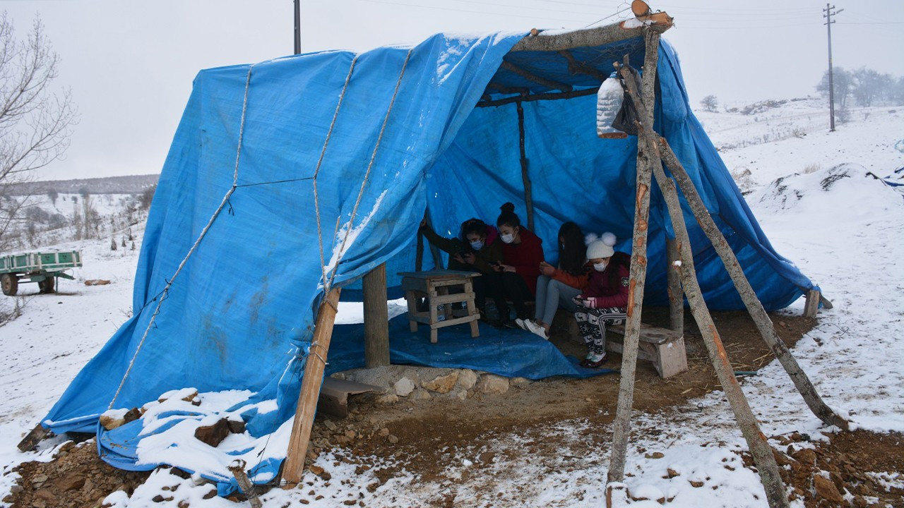 Students set up mountaintop tent to study in village without internet