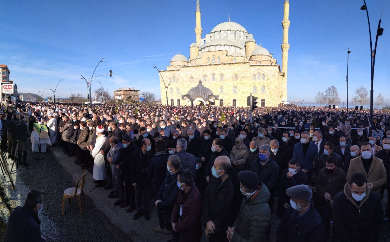 Thousands attend funeral ceremony of man who died of COVID-19