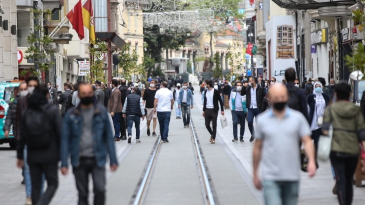 One third of Turkish youth want to live abroad, survey finds