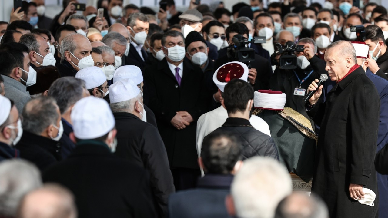 Health Minister apologizes over breach of COVID-19 rules at Islamic scholar's crowded funeral