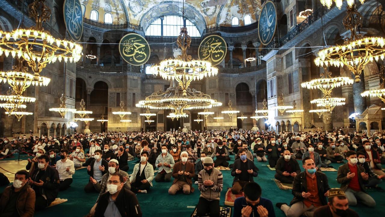 Thousands attend prayers at Hagia Sophia despite COVID-19 lockdown