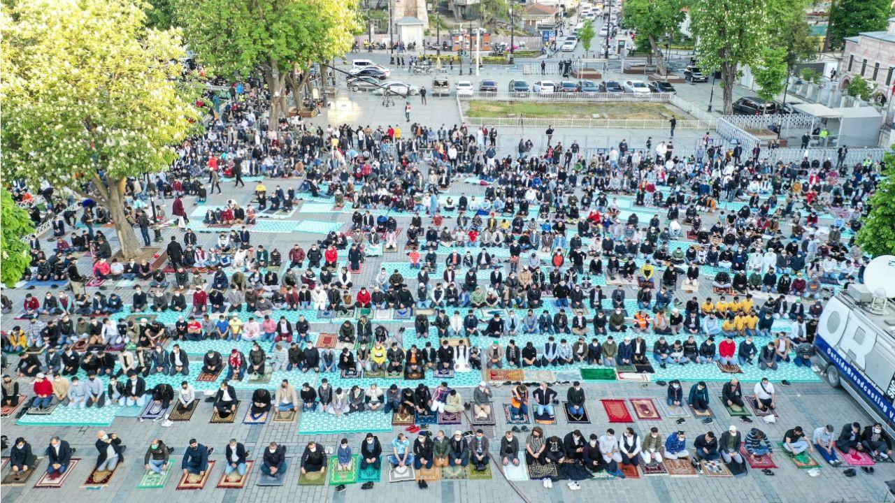 Thousands attend Eid al-Fitr prayers at Istanbul's Hagia Sophia despite COVID-19 full lockdown - Page 2