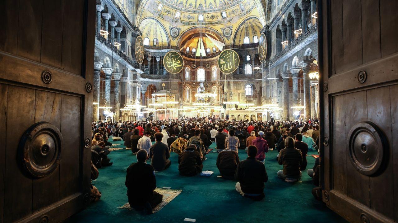 Thousands attend Eid al-Fitr prayers at Istanbul's Hagia Sophia despite COVID-19 full lockdown - Page 3