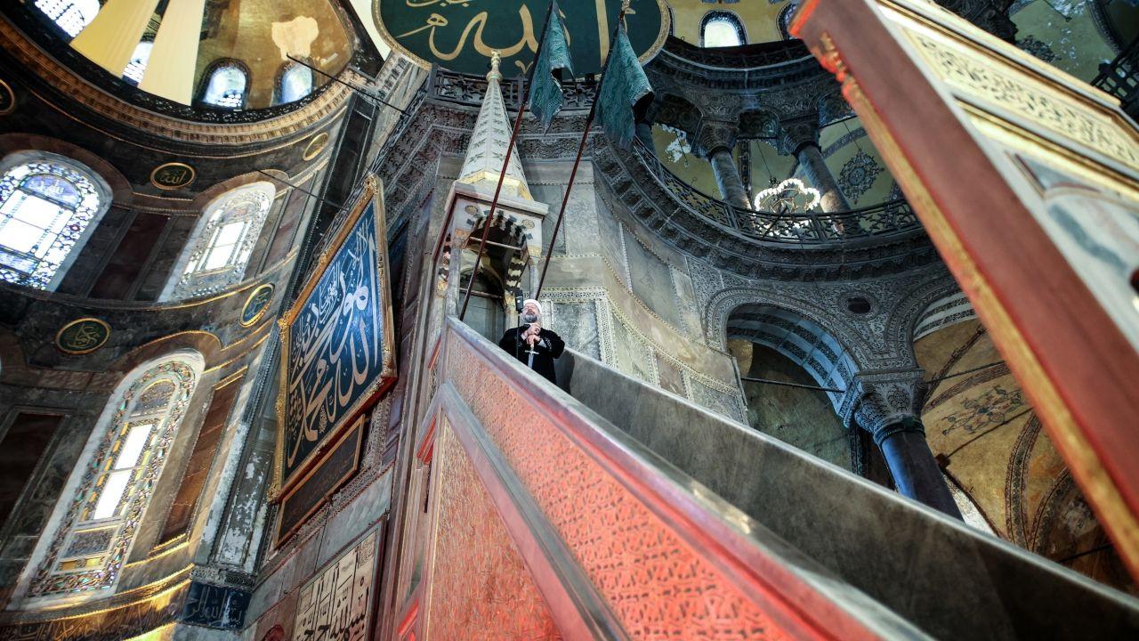 Thousands attend Eid al-Fitr prayers at Istanbul's Hagia Sophia despite COVID-19 full lockdown - Page 4
