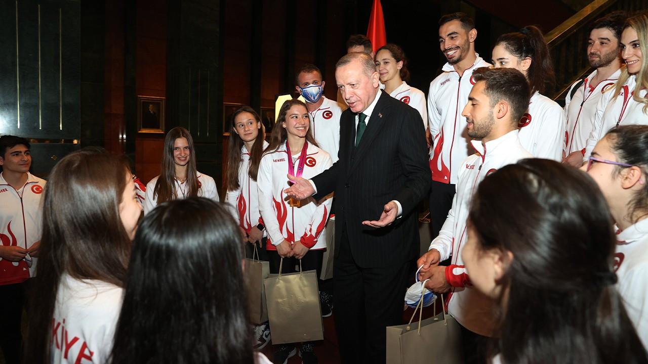 Erdoğan 'jokes' with top gymnasts: Don't let your medals get stolen