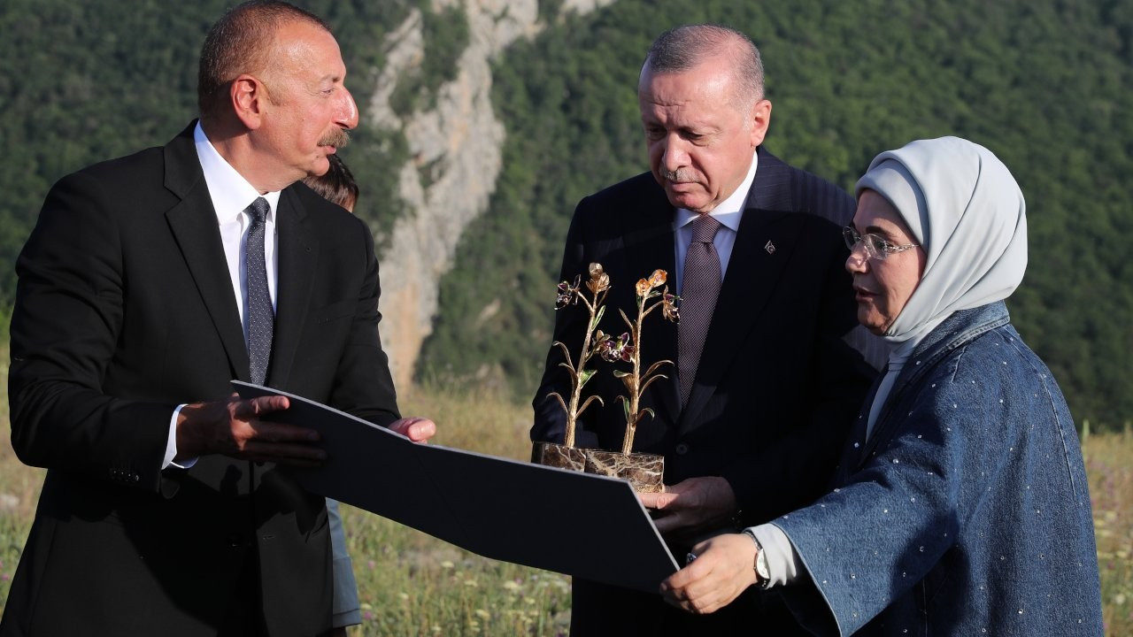 Turkish first lady and Aliyev's cheerful discussion on prisoners of war caught on camera
