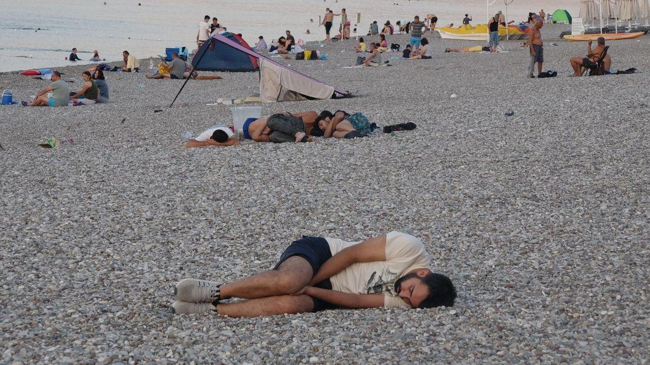 Antalya residents sleep on the beach to escape from heat, humidity - Page 1