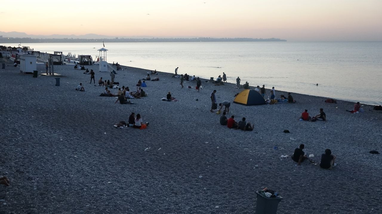 Antalya residents sleep on the beach to escape from heat, humidity - Page 4