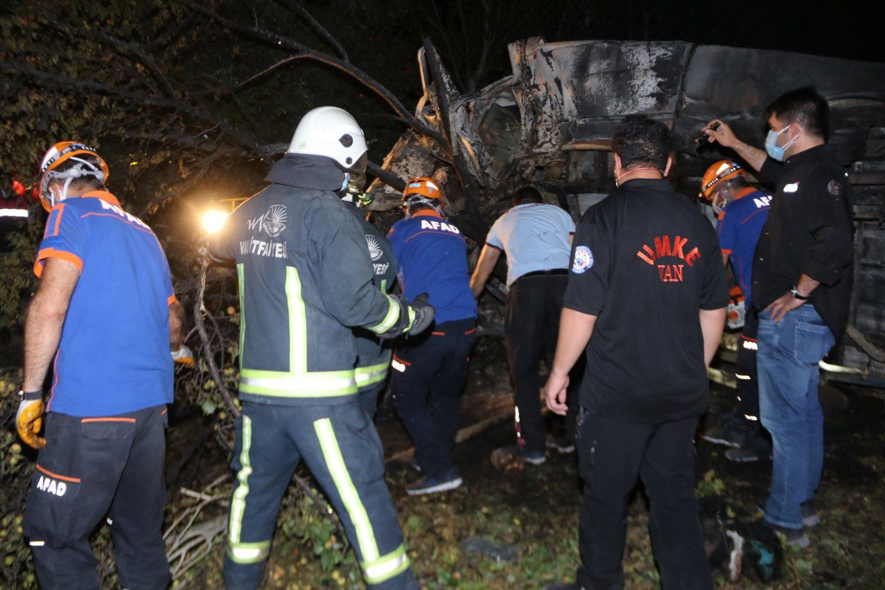 Bus carrying refugees crashes in Turkey's Van, at least 12 killed - Page 1