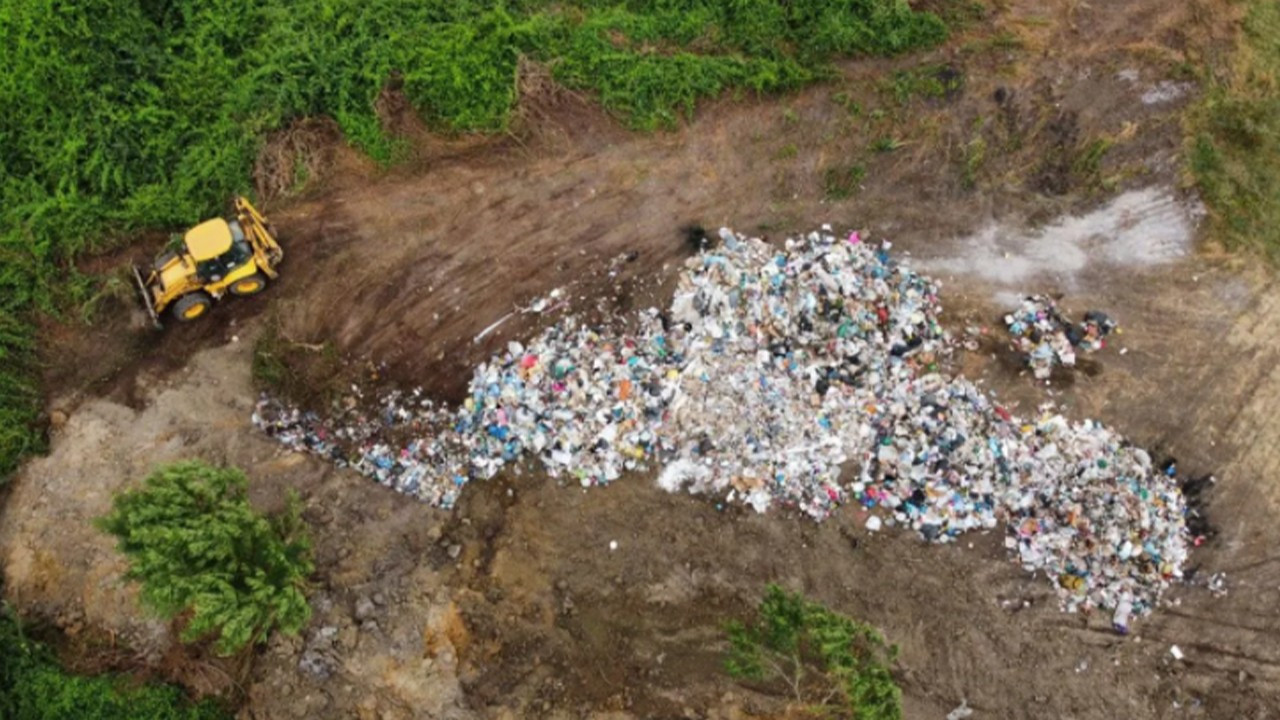 AKP municipality caught burying trash in pasture land in north Turkey