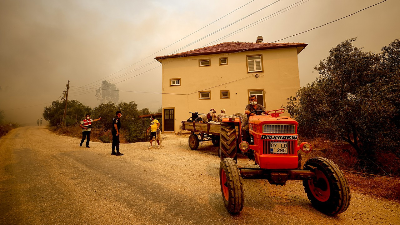 Massive fire spreading into settlement areas in southern Turkey