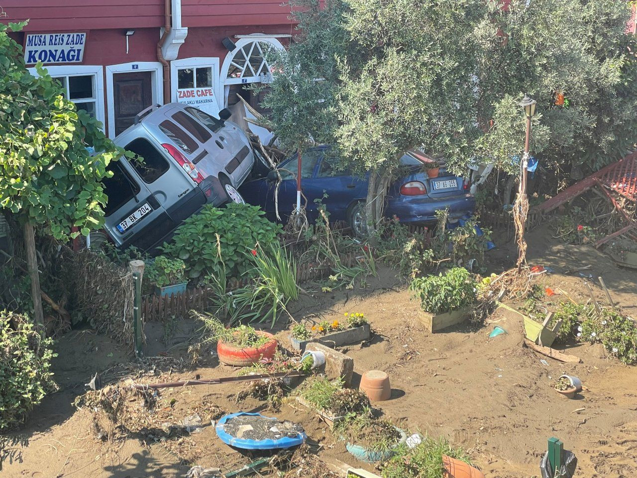 Harrowing pictures show how a Turkish town was left in ruins after floods - Page 2