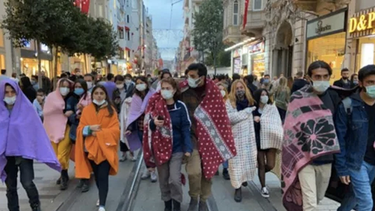 Uni students without housing take to streets in blankets across Turkey
