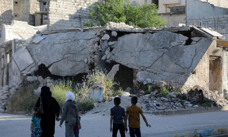 Thousands flee bombardment in northwest Syria, head to Turkish border