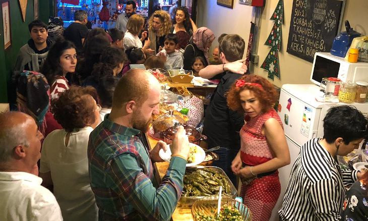 Kadıköy stores offer free meals, services to students in need
