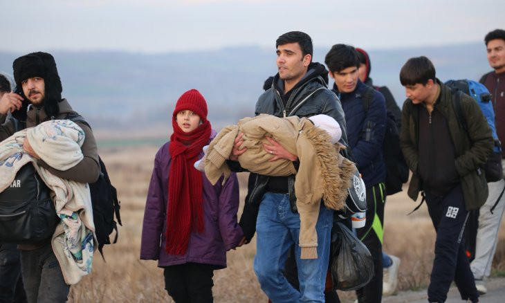 Migrants flock to Greek border on foot hours after Turkey clears crossings