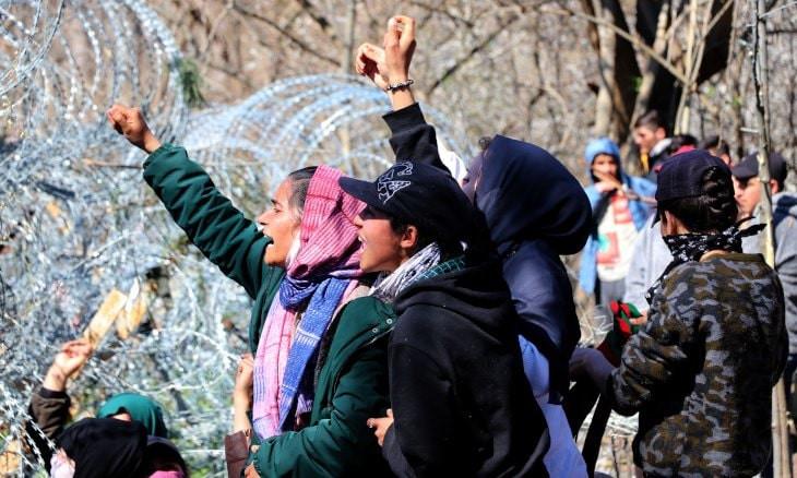 Women, children protest at Turkey-Greece border: Open the gate!
