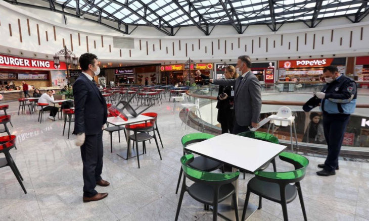 'Restaurant tables must be one meter apart'