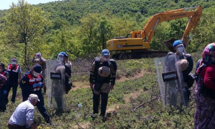 Gendarmerie block roads to stop activists from helping villagers in protest of mine project