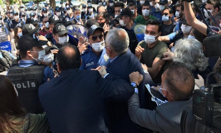 Police batter HDP deputies during protest against jailing of 3 MPs stripped of parliamentary status