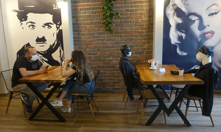 Cafe uses mannequins to enforce social distancing measures in Turkey's northeast