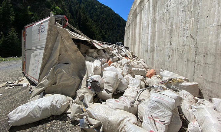 Truck accident in northern Turkey reveals tea imports to nation's tea capital