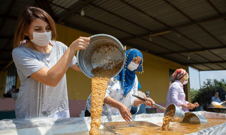 Local women in southern Turkey join cracked wheat production