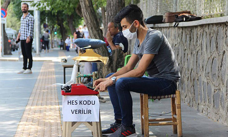 Diyarbakır man makes a living by helping people get COVID-19 safety codes on cell phones