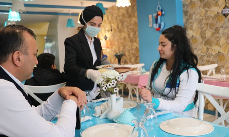 Eating together isn't safe during pandemic, Turkish expert warns