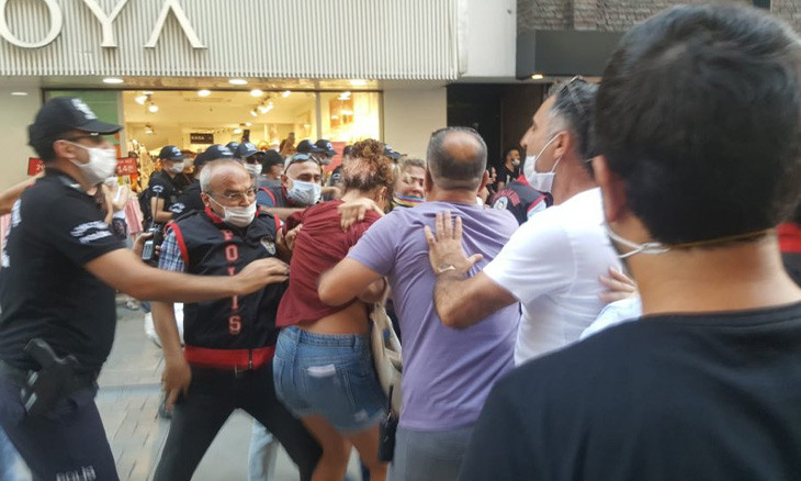 Femicide protesters accused of battering İzmir police who beat them