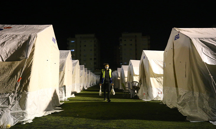 Experts warn of COVID-19 spread in İzmir with health centers damaged, residents in tents
